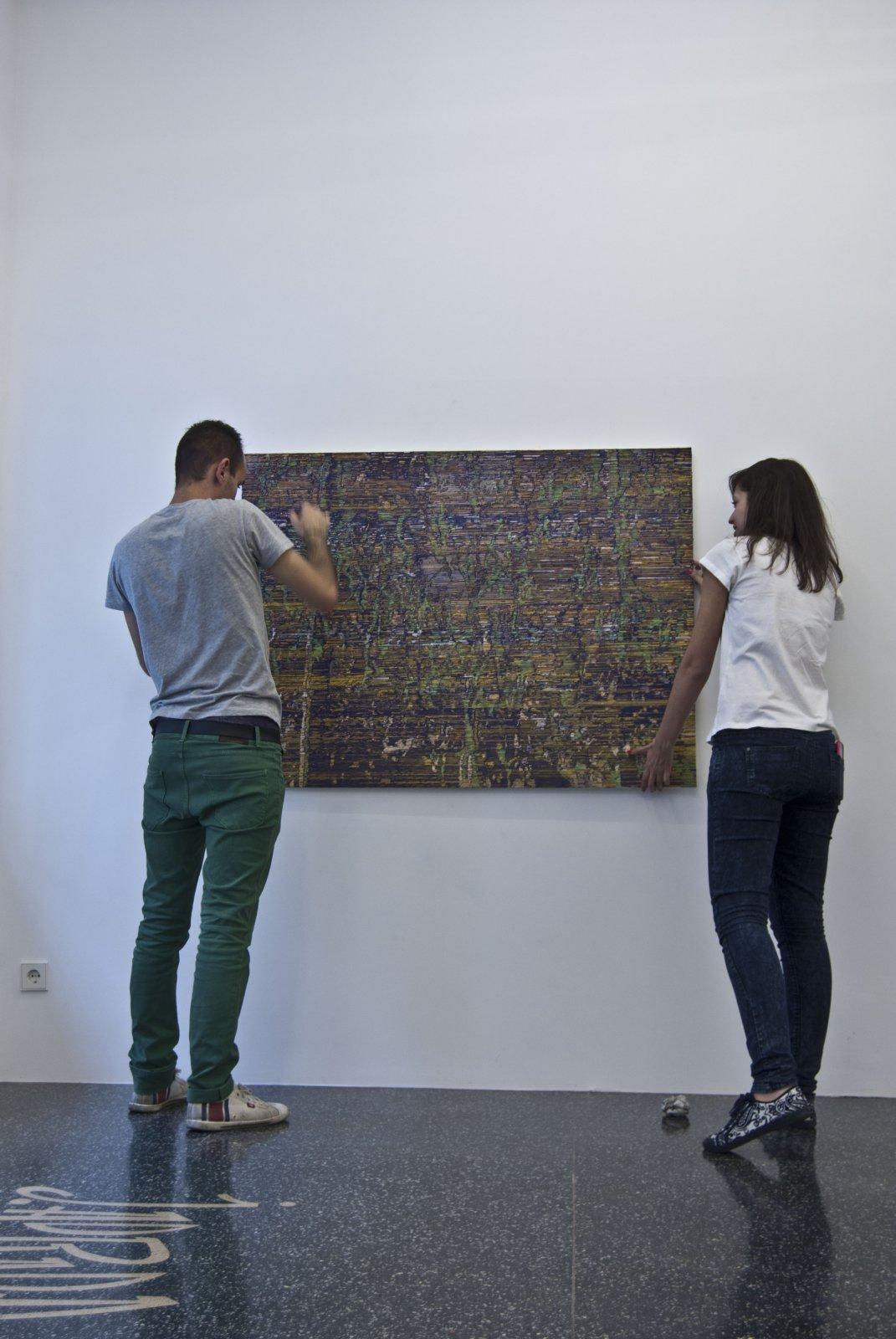 Federico Miró Durante El Montaje De \'El Ojo Sorprendido\', En La Galería Marta Cervera