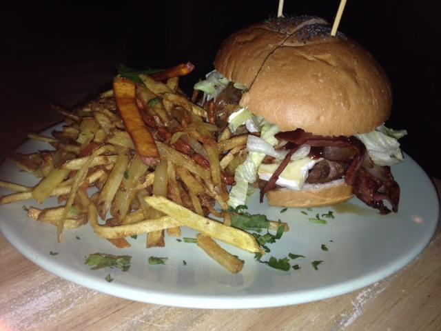 3. Hamburguesa BBQ en The Toast Cafe.