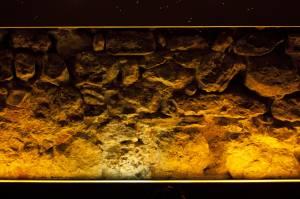 7. En el moderno bar Korgui, el muro de la planta baja junto al subsuelo de la Calle del Rollo es un precioso lienzo de pedernal.