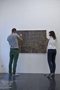 Federico Miró durante el montaje de 'El ojo sorprendido', en la galería Marta Cervera