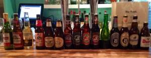 1. Gran variedad de cervezas en la barra de The Toast Cafe, muchas de ellas americanas.