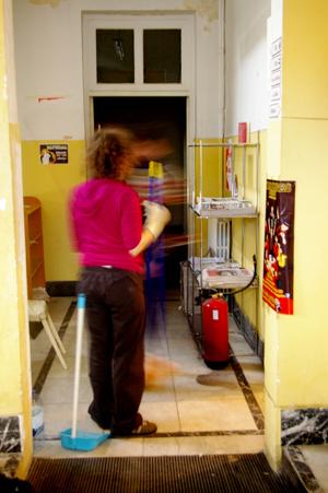 Ladyfest limpiando el CSOA La Morada