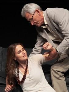 Stephanie Abraham, interpretada por María Pastor, no puede mantenerse de pie debido a su enfermedad