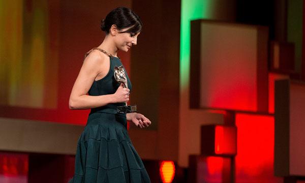 Marian Álvarez recogiendo su Feroz por 'La Herida'.