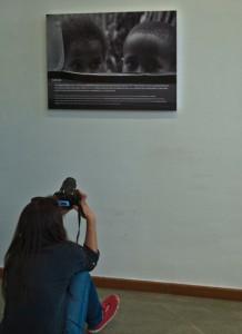 Eva Garrido, haciendo una fotografía a uno de los cuadros de su exposición