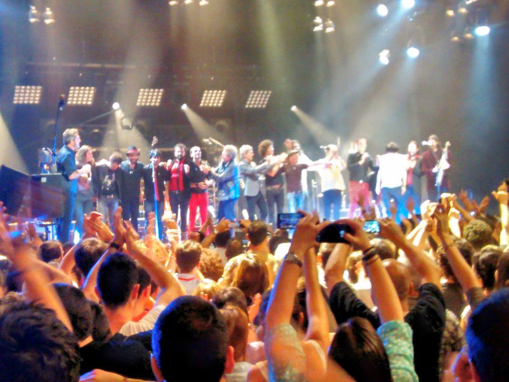 M Clan acompañados de Miguel Ríos, El Drogas, Bunbury, Fito, Ariel Rot... durante su concierto en el Price.
