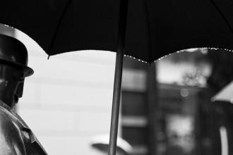 el hombre y el paraguas