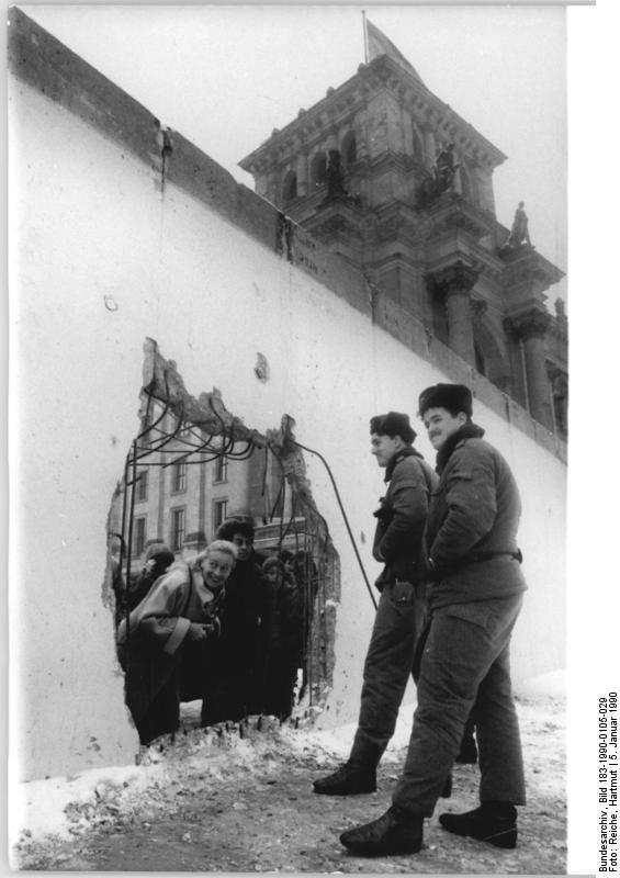 Berlin, Loch in Mauer am Reichstag