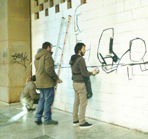 Los artistas E1000 y NSN997 pintando el mural del Club Peruche