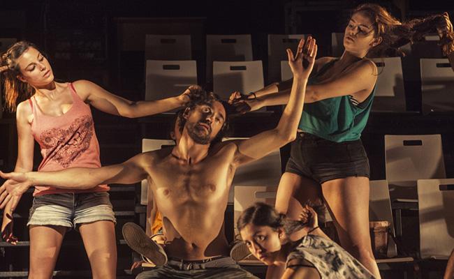 """Los actores de """"Un cine arde y diez personas arden"""" en la representación de una de las escenas del Via Crucis"""