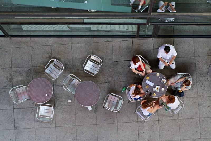 Gente disfrutando de una terraza en el barrio madrileño de Lavapiés