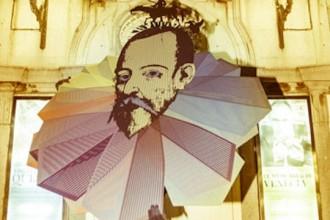 Cervantes en la puerta del Teatro Español