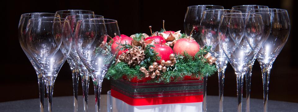 Vasos y decoración navideña.