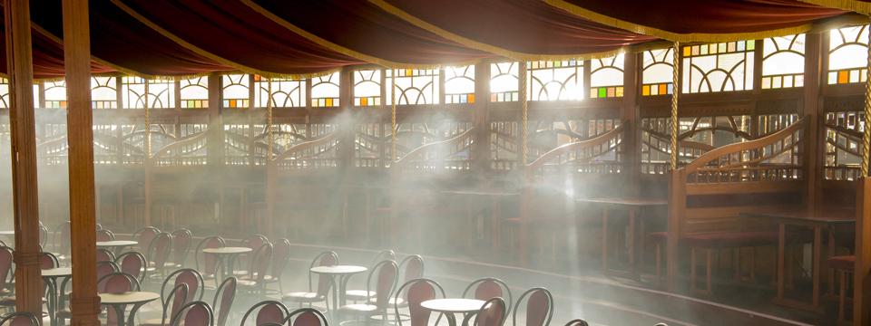 Interior de la spiegeltent del teatro La Estación.