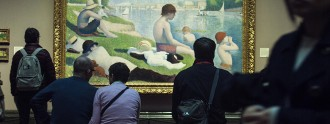 Gente observando 'The Observer' en la National Gallery de Londres