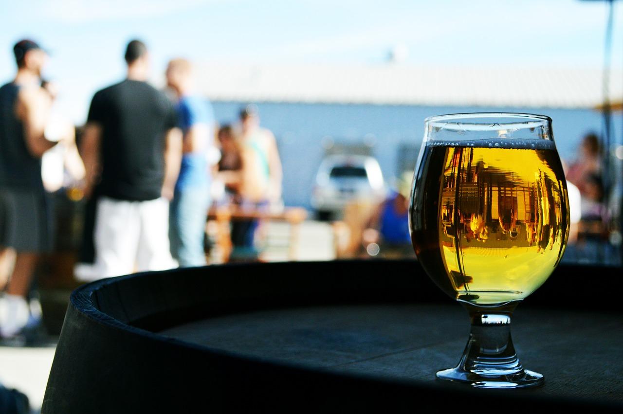 Una copa de cerveza en una terraza.