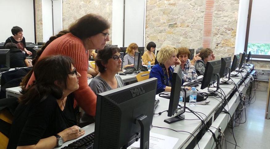 Editando en el taller de Barcelona de Viquidonas/Wikimujeres.