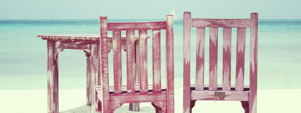 Sillas de madera en la playa.