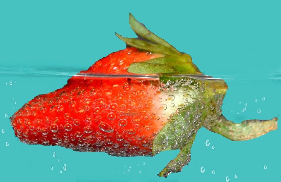 Fresa flotando en agua.
