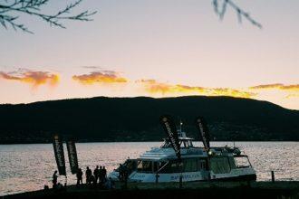 Un barco partiendo hacia Vigo después de una jornada en el Sinsal.