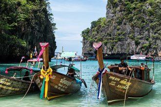 Barcos amarrados en una isla de Tailandia.