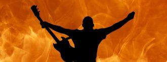 Músico de rock ante las llamas.
