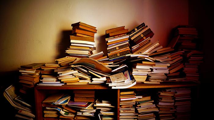 Libros abandonados en la Sociedad Escritora de Chile. Foto de Camilo Durán.