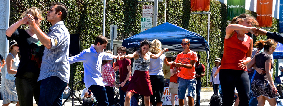 Bailarines de swing en la calle.