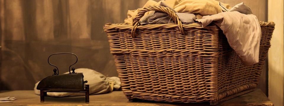Ante un cesto de ropa para planchar, algo de música.