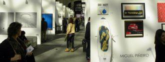 Personas que pasean por Art Madrid '18.