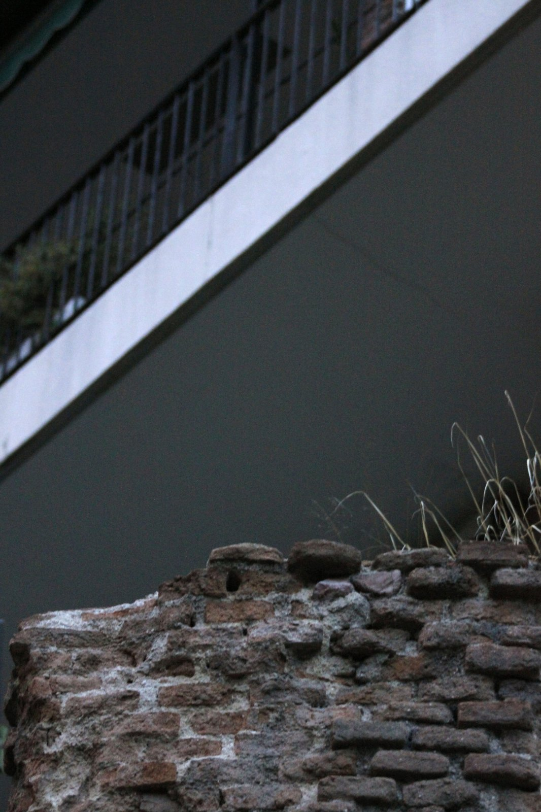 8. Los pocos restos de la muralla conservados se esconden y pasan desapercibidos entre edificios de viviendas.
