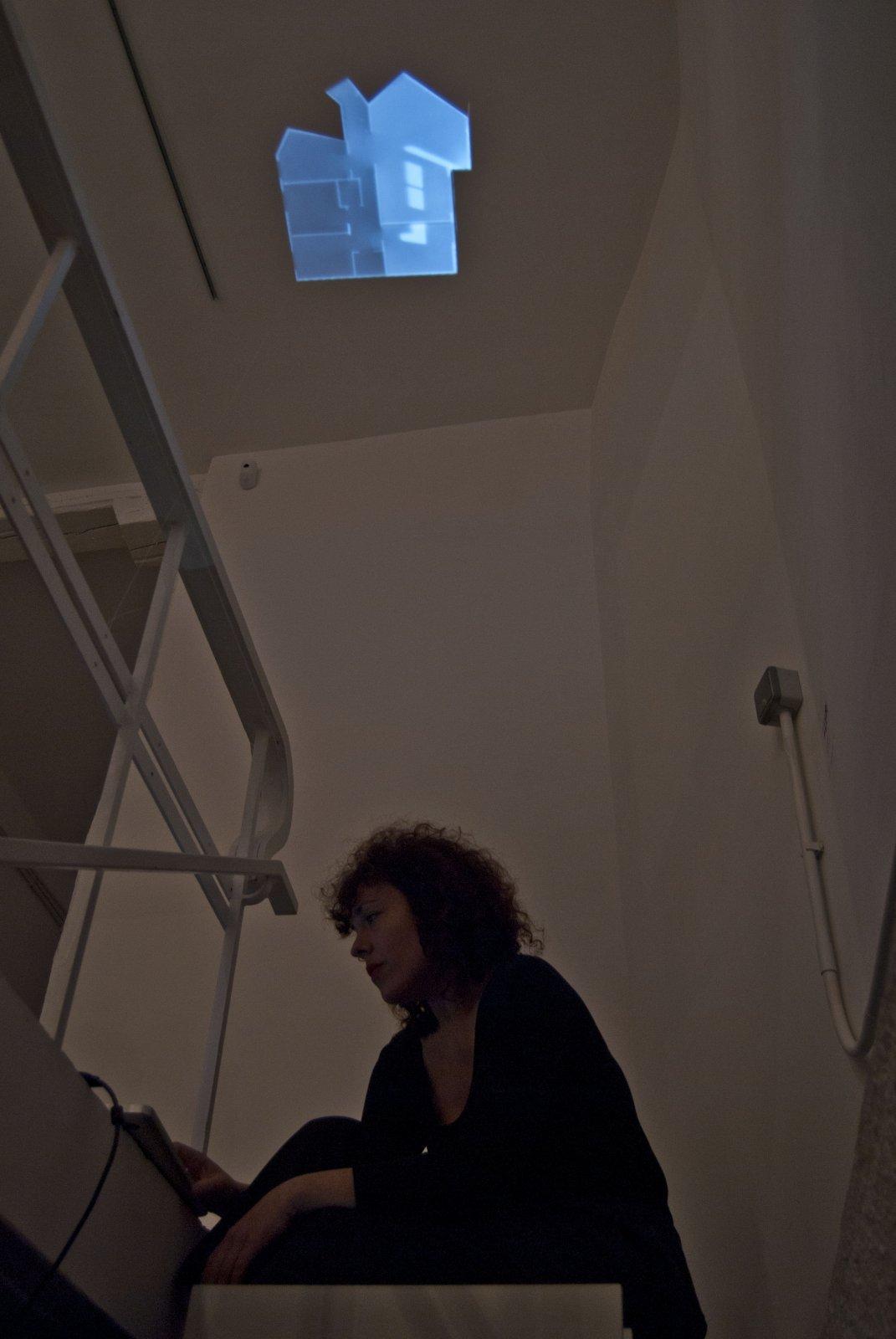 Amaya Hernández durante el montaje de 'Memoria de un espacio. Calle Oña 115', en la Galería Liebre