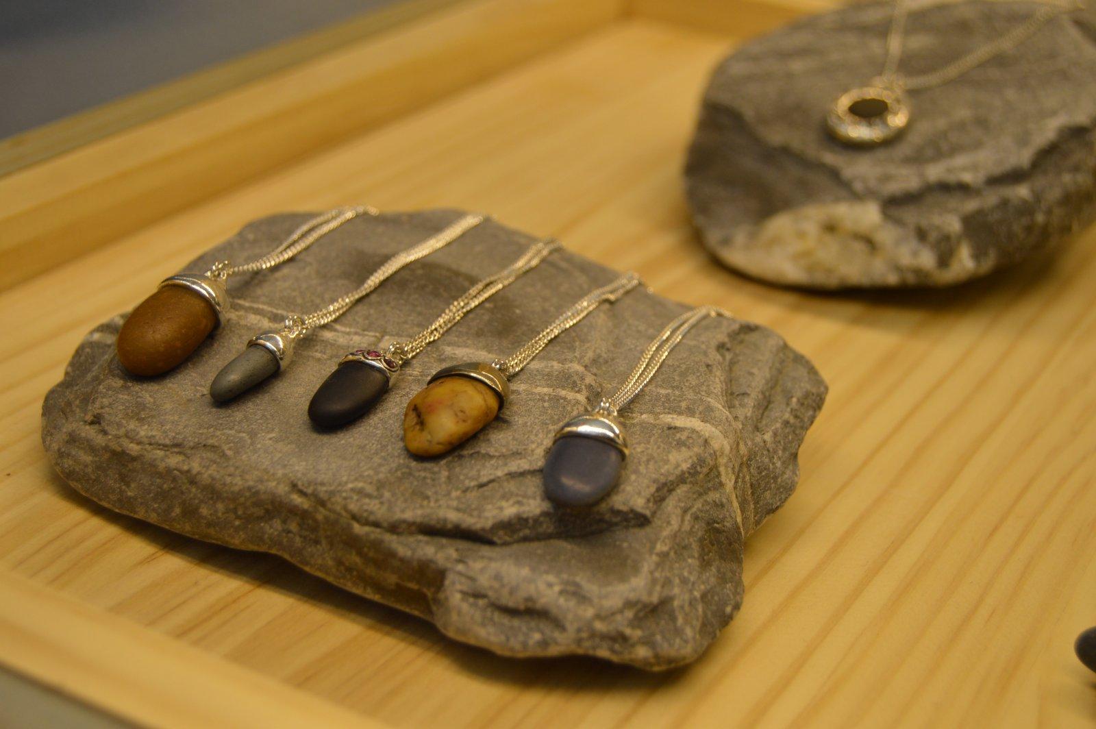 Collares de plata y piedras de playa de Inés Susaeta.