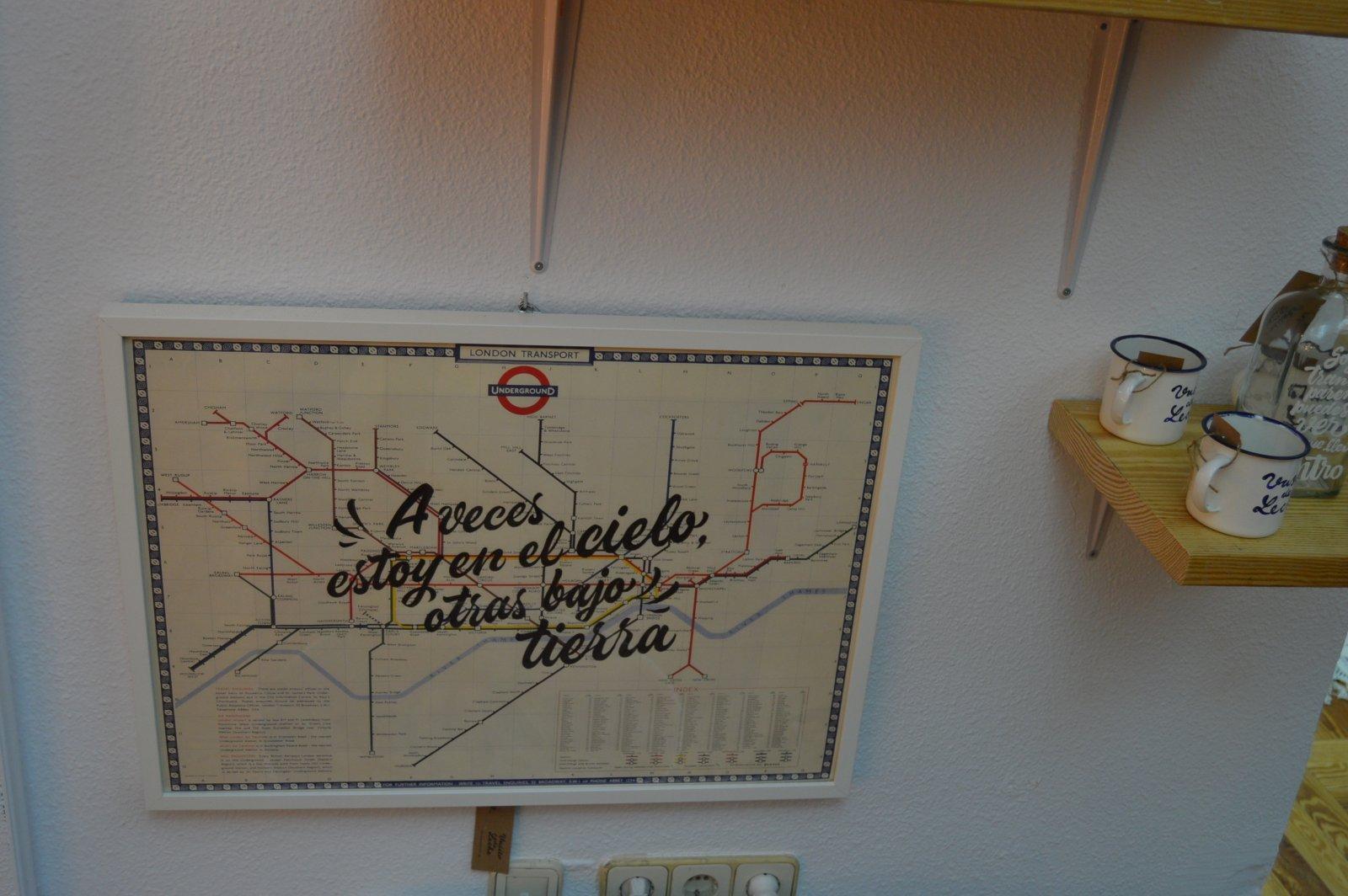 """Mapa de metro con la frase """"A veces estoy en el cielo, otras bajo tierra"""" de Vasito de Leche Studio."""