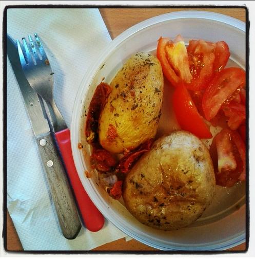 Patata asada y tomate con aceite y sal. #Holafindemes.