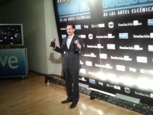 Juan Diego Botto con dos de los premios de los cuatro otorgados a `Un trozo invisible de este mundo´