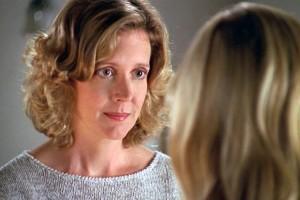 Joyce, la madre de Buffy, saca adelante su carrera y a su hija