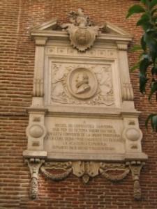 Placa en la fachada del convento de las Trinitarias de Madrid.