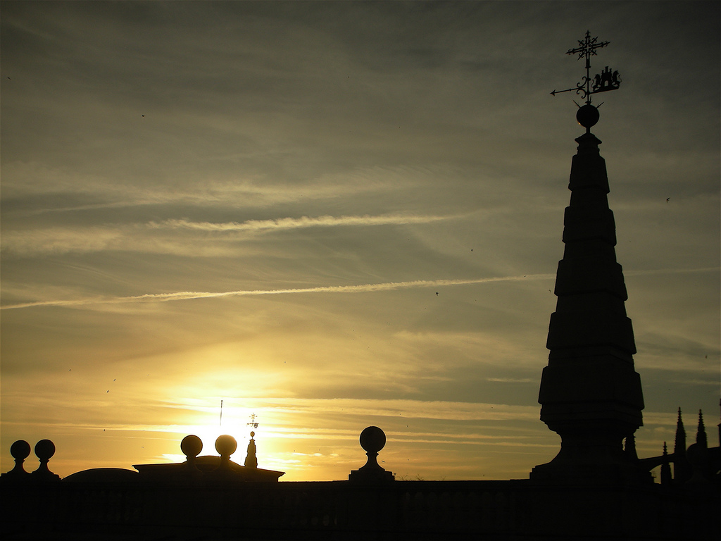 El sol cayendo desde los tejados del Archivo General de Indias de Sevilla.