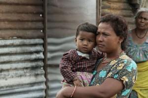 Una mujer nepalí y su hijo, sin casa tras el terremoto