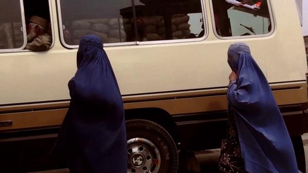 Fotograma del documental: Mujeres afganas antes de subir a un autobús.