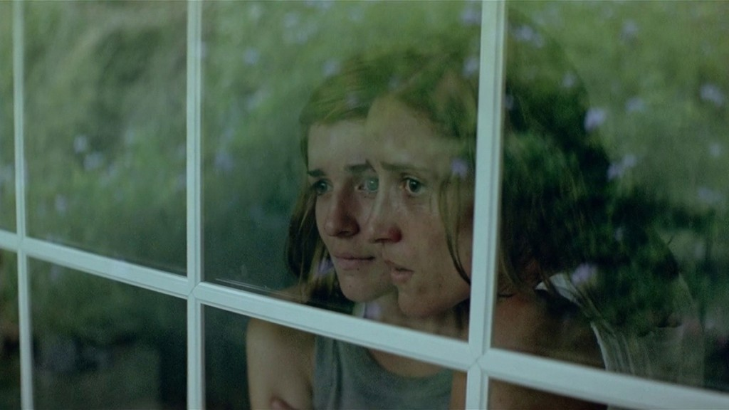 Mary Tsoni y Angeliki Papoulia, mujeres en la ventana en un fotograma de 'Canino'.