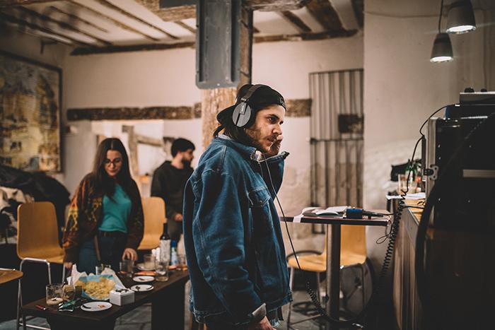 Javi, durante la grabación en el bar Los Clásicos, Cuenca. Foto: Carlos Bueno.