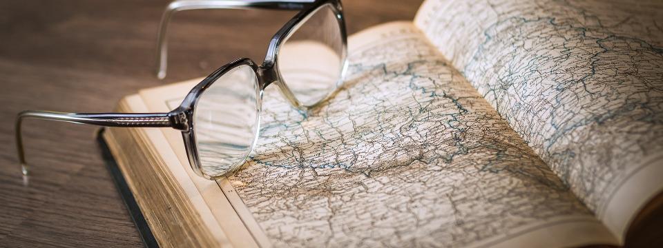 Gafas sobre un mapa.