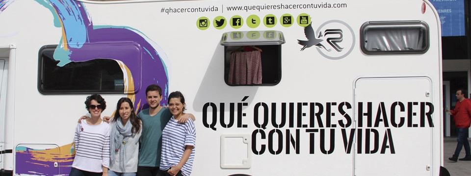 Algunos de los integrantes de la iniciativa junto a la caravana.