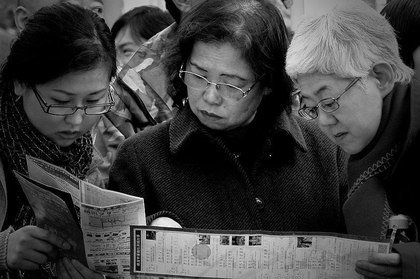 mujeres leyendo nokton magazine