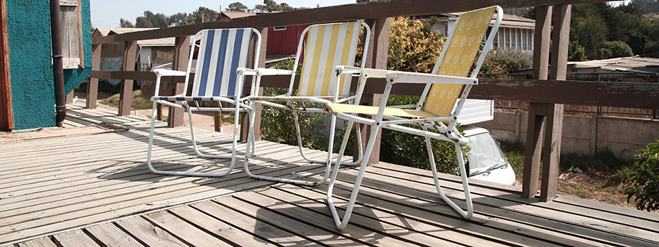 Terraza con sillas de playa.