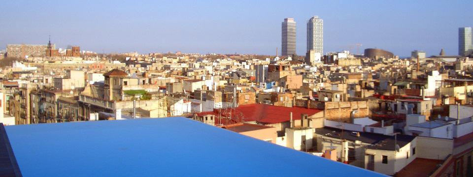 Vista de Barcelona desde la terraza de un hotel.