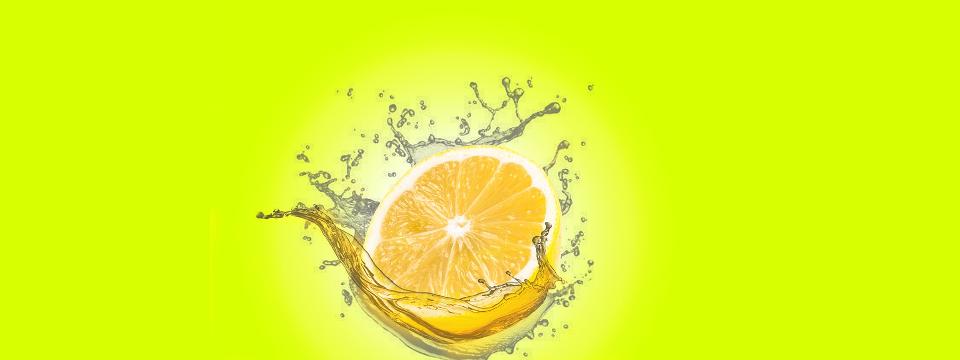 Limón cayendo al agua.