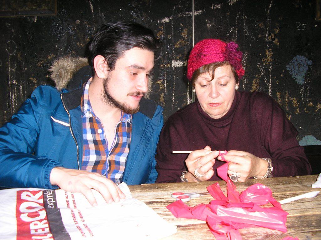 Julia Casado Fernández enseñando a ganchillar con plástico en Matadero Madrid.